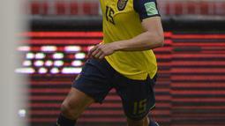 Penyerang Ekuador, Angel Mena berselebrasi usai mencetak gol ke gawang Kolombia pada pertandingan kualifikasi Piala Dunia 2022 di Quito, Ekuador, Selasa (17/11/2020). Ekuador menang telak atas Kolombia 6-1. (Rodrigo Buendia, Pool via AP)