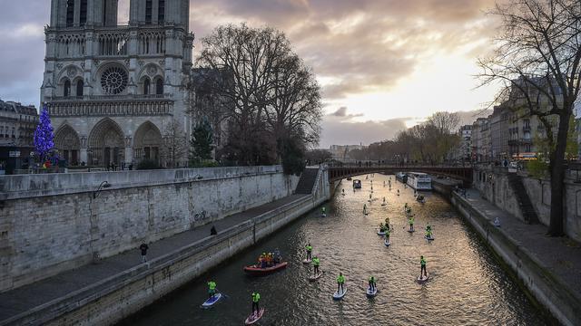 Lomba Dayung Sambil Berdiri di Paris