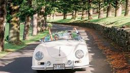 Rona kebahagiaan terpancar di wajah mereka berdua pada saat berkeliling dengan mobil antik. (Liputan6.com/IG/@moniquelhuillier)