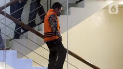 Bupati Banjarnegara 2017-2022, Budhi Sarwono jelang rilis penetapan tersangka dan penahanan di Gedung KPK Jakarta, Jumat (3/9/2021). Budhi Sarwono diduga meminta fee dari sejumlah perusahaan yang mendapat paket pengerjaan infrastuktur di Kab Banjarnegara. (Liputan6.com/Helmi Fithriansyah)