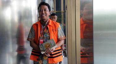 Mantan Ketum PPP, Romahurmuziy memenuhi panggilan pemeriksaan di Gedung KPK, Jakarta, Jumat (22/3). Rommy menjalani pemeriksaan perdana sebagai tersangka kasus dugaan suap terkait seleksi jabatan di Kementerian Agama Jawa Timur. (merdeka.com/Dwi Narwoko)