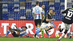 Pemain Spezia, Tommaso Pobega, melakukan selebrasi usai mencetakk gol ke gawang Napoli pada laga Liga Italia di Stadion Diego Armando Maradona, Rabu (6/1/2021). Napoli takluk dengan skor 1-2. (Alessandro Garofalo/LaPresse via AP)