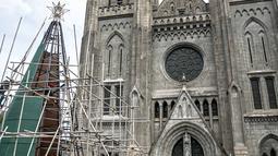 Rangka besi terlihat saat proses pembuatan pohon Natal di Gereja Katedral, Jakarta pada Rabu (16/12/2020). Gereja Katedral Jakarta membuat pohon natal dengan tinggi lebih dari 10 meter dalam rangka menyambut perayaan Natal. (Liputan6.com/Faizal Fanani)