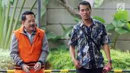 Pemilik PT Jasa Promix Nusantara dan PT Secilia Putri, Sibron Azis (kiri) tiba di Gedung KPK, Jakarta, Senin (18/3). Sibron Azis diduga menyuap Bupati Mesuji Khamami dalam sejumlah proyek infrastruktur. (merdeka.com/Dwi Narwoko)