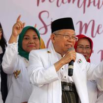 Cawapres nomor urut 1 Ma'ruf Amin mengangkat jari telunjuknya saat menghadiri deklarasi dukungan dari Perempuan Indonesia untuk Joko Widodo-KH Ma'ruf Amin (P-IJMA) di Jakarta, Sabtu (22/9). (Liputan6.com/Herman Zakharia)