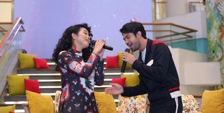 Tidak hanya piawai dalam akting, aktor yang banyak menyabet penghargaan Reza Rahadian juga unjuk kemampuan di dunia tarik suara. Ia berduet dengan Yura Yunita. (Daniel Kampua/Bintang.com)