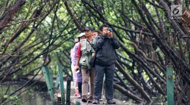 Komunitas pemerhati burung melakukan kegiatan Asian Waterbird Census 2019 di Hutan Lindung Angke Kapuk Jakarta, Sabtu (19/1). Kegiatan ini bertujuan memperkenalkan kekayaan keanekaragaman hayati Indonesia kepada generasi muda. (Liputan6.com/Fery Pradolo)
