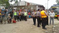 Petugas berjaga-jaga di pinggir Waduk Jatiluhur, Purwakarta, Jawa Barat, Minggu (25/12). Terjadi baku tembak yang menewaskan 2 terduga teroris saat penggerebekan. (Foto: Istimewa