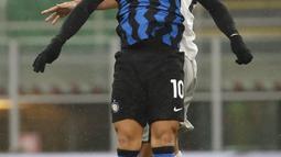 Penyerang Inter Milan, Lautaro Martinez berebut bola udara dengan pemain Bologna, Danilo Larangeira pada pertandingan lanjutan Liga Serie A Italia di Stadion San Siro Milan, Minggu (6/12/2020). Inter menang 3-1 atas Bologna. (AP Photo/Antonio Calanni)
