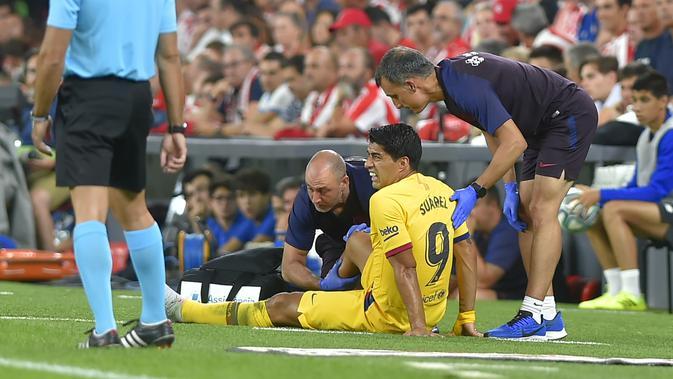 Luis Suarez mengalami cedera saat Barcelona berhadapan dengan Athletic Bilbao. (AFP/Ander Gillenea)