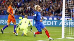 Antoine Griezmann membuka keunggulan bagi Prancis pada menit ke-14 saat mengecoh kiper Belanda pada kualifikasi Piala Dunia 2018 Grup A di Stade de France stadium, Saint-Denis, (31/8/2017). Prancis menang 4-0. (AP Photo/Francois Mori)