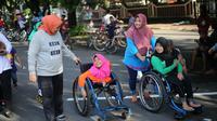 Ida Fauziah berjalan-jalan di arena Car Free Day Surakarta dan menyempatkan diri menyapa kaum disabilitas. (foto: Liputan6.com/dok.ida/edhie prayitno ige)