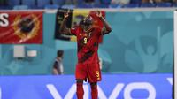 Romelu Lukaku melakukan selebrasi setelah mencetak gol kedua timnya ketika pertandingan Grup B Euro 2020 antara Finlandia melawan Belgia yang berlangsung di Stadion Krestovsky, Rusia pada Senin (21/06/2021). (AP/Pool/Lars Baron)
