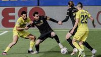 Penyerang Barcelona, Lionel Messi mengontrol bola dari kawalan pemain Villarreal, Vicente Iborra pada pertandingan La Liga Spanyol di stadion Ceramica di Villarreal, Spanyol (25/4/2021). Berkat kemenangan ini, Barcelona menempel Real Madrid dengan 71 poin. (AP Photo/Alberto Saiz)