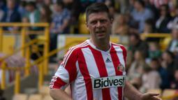 Niall Quinn. Sriker asal Irlandia ini tampil di era Premier League bersama dua tim yaitu Manchester City dan Sunderland dengan mencetak 59 gol dari 250 laga. City diperkuatnya selama 4 musim, 1992/1993 hingga 1995/1996 dan Sunderland selama 5 musim, mulai 1996/1997 hingga 2002/2003. (wikipedia)