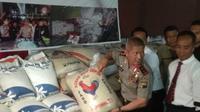 Kapolda Jateng Irjen Pol Condro Kirono mengecek beras hasil poles ulang dan oplosan serta tak digunakan untuk operasi pasar. (foto: Liputan6.com/edhie prayitno ige)