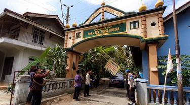 Pondok Pesantren Nurul Hidayah, Kebumen dikrantina usai 52 santrinya terpapar Covid-19. (Foto: Liputan6.com/Polres Kebumen)
