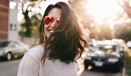 Simak di sini beberapa trik cerdas untuk si rambut berminyak, tidak perlu pusing. Sumber foto: Unsplash/Matthew Hamilton.