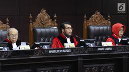 Ketua Mahkamah Konstitusi Anwar Usman (tengah) memimpin sidang uji materi UU KPK di Gedung MK, Jakarta, Senin (30/9/2019). Panel Majelis Hakim Konstitusi menyoroti ketiadaan nomenklatur UU KPK hasil revisi tersebut. (Liputan6.com/Angga Yuniar)