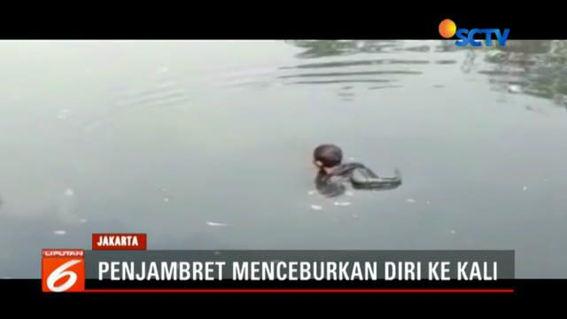 Pemuda yang diketahui bernama Feri alias Ambon terjebak di dalam kali lantaran kedua sisi kali telah dikepung warga.