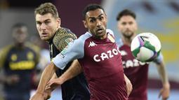Bek Aston Villa, Ahmed Elmohamady, berebut bola dengan penyerang Stoke City, Sam Vokes, pada laga Piala Liga Inggris di Stoke City, Jumat (2/10/2020) dini hari WIB. Aston Villa kalah 0-1 atas Stoke City. (AFP/Peter Powell/pool)