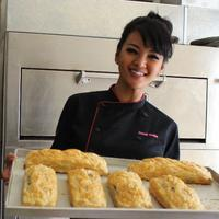 Farah Quinn punya cara sendiri untuk mengontrol produksi kuenya. (Istimewa)