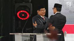 Capres dan Cawapres nomor urut 02 Prabowo Subianto-Sandiaga Uno berpelukan usai Debat Pilpres 2019 kelima di Jakarta, Sabtu (13/4). Debat kelima merupakan debat terakhir dalam masa kampanye yang mengambil tema Ekonomi, Kesejahteraan Sosial, Keuangan dan Investasi. (Liputan6.com/Johan Tallo)