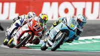 Pembalap Leopard Racing, Dennis Foggia, berhasil menjuarai balapan Moto3 Aragon 2021 setelah finis terdepan dengan catatan waktu 37 menit 53,710 detik. (AFP/Vincent Jannik)