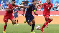Teerasil Dangda dijaga ketat pemain Bahrain  (Karim Sahib / AFP)