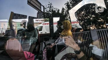 Antrean Ambulans di Wisma Atlet Imbas Melonjaknya Pasien COVID-19