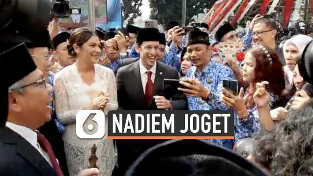 Mendikbud Nadiem Makarim beserta istri dan jajaran ASN Kemendikbud berjoget maumere usai melakukan upacara peringatan Hari Guru Nasional 2019.