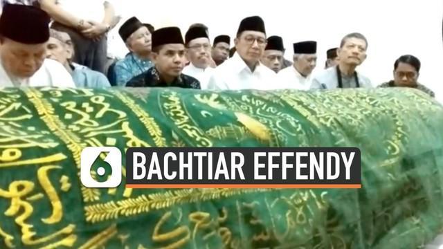 Jenazah Ketua PP Muhammadiyah DR. Bachtiar Effendy dimakamkan di TPU Lemperes Depok. Mantan Menteri Agama Lukman Hakim Syaifudin dan mantan ketua PP Muhammadiyah Din Syamsudin ikut mengantar pemakamannya.
