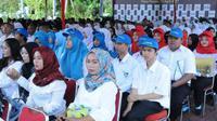 Menaker Hanif Dhakiri melepas calon peserta magang ke perusahaan di Kabupaten Karawang.