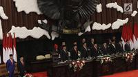 Presiden Joko Widodo dan Wakil Presiden Jusuf Kalla bersama pimpinan MPR dalam rangka Sidang Tahunan MPR di Kompleks Parlemen, Senayan, Jakarta, Jumat (16/7/2019). Sidang beragendakan penyampaian pidato kenegaraan Presiden dalam rangka HUT Ke-74 Republik Indonesia. (Liputan6.com/Johan Tallo)