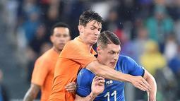 Pemain Italia, Andrea Belotti (depan) berusaha keluar dari tekanan pemain Belanda, Marten De Roon pada laga uji coba di Allianz Stadium, Turin, (4/6/2018). Italia dan Belanda bermain imbang 1-1. (Alessandro Di Marco/ANSA via AP)