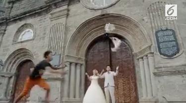 Momen lucu tertangkap kamera saat sepasang kekasih tengah bermesraan melakukan sesi foto pre-wedding.