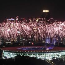 Pesta kembang api menyemarakkan upacara pembukaan Asian Games 2018 di Stadion Utama Gelora Bung Karno (SUGBK), Senayan, Jakarta, Sabtu (18/8). (Liputan6.com/JohanTallo)