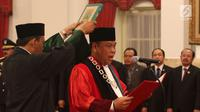 Arief Hidayat disumpah saat acara pelantikannya menjadi Hakim Konstitusi periode 2018-2023 di Istana Negara, Jakarta, Selasa (27/3). Sebelumnya diketahui, DPR menyetujui Arief menjadi hakim MK periode 2018-2023. (Liputan6.com/Angga Yuniar)