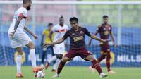 Gelandang PSM Makassar, M Arfan (kanan) berusaha menghadang bek Borneo FC, Diego Michiels dalam laga matchday ke-3 Grup B Piala Menpora 2021 di Stadion Kanjuruhan, Malang, Rabu (31/3/2021). PSM bermain imbang 2-2 dengan Borneo FC. (Bola.com/M Iqbal Ichsan