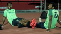 Pemain Persebaya Surabaya, Izaac Wanggai (kiri) dan Fandry Imbiri, menggunakan roller foam di bagian bawah lutut.