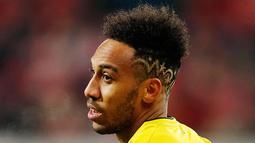 Pierre-Emerick Aubameyang saat bertanding melawan FSV Mainz 05 pada Liga Jerman di Mainz pada 12 Desember 2017. Pesepakbola asal Gabon tersebut merupakan rekrutan kedua Arsenal pada bursa transfer Januari ini. (AP Photo/Michael Probst)