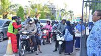 Pemeriksaan suhu tubuh di Kantor Bupati Gresik, Jawa Timur pada Selasa (17/3/2020). (Foto: Liputan6.com/Dian Kurniawan)
