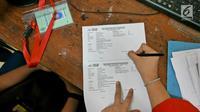 Orangtua murid saat mengisi kelengkapan seleksi Penerimaan Peserta Didik Baru (PPDB) di SMAN 1 Depok,  Kota Depok, Jawa Barat, Selasa (18/6/2019). PPDB SMA dibagi menjadi tiga jalur yakni zonasi, prestasi, dan pemindahan orangtua. (Liputan6.com/Herman Zakharia)
