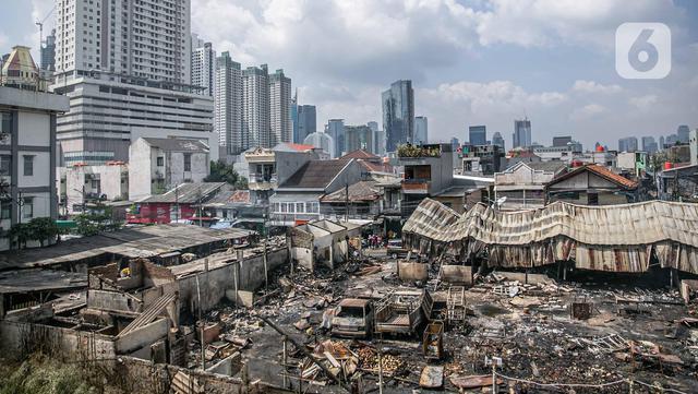 Suasana Pasar Kambing usai terbakar di Jalan Sabeni RT 1 RW 12, Kebon Melati, Tanah Abang, Jakarta, Jumat (9/4/2021). Pasar Kambing akan ditata ulang pascakebakaran yang terjadi pada Kamis (8/4/2021) sore kemarin. (Liputan6.com/Faizal Fanani)