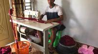 Herwadi (39) memulai usahanya sebagai pembuat dan penjual masker sejak maret 2020 silam.