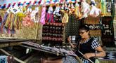 Mama Adriana Rambuadji membuat kain tenun di Desa Adat Prailiu, Sumba Timur, NTT, Sabtu (15/12). Kain tenun Sumba dijual dengan harga bervariatif. (Liputan6.com/JohanTallo)