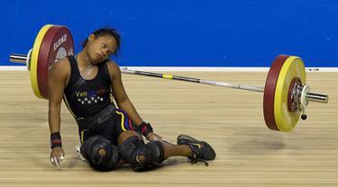 Atlet angkat besi putri Venezuela, Rodriguez Gomez, pingsan saat mengangkat barbel seberat 106 kg, hingga langsung ambruk saat bertanding di Pan Am Games, Ontario, Kanada, 12 Juli 2015. (Dailymail)