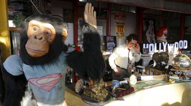 """Seorang pria bernama Nick Metropolis yang dijuluki dengan """"Raja koleksi furnitur"""" saat mengawasi tokonya di Hollywood , Los Angeles, (27/2). Barang - barang Nick sering disewakan atau dibeli untuk produksi film Hollywood. (REUTERS / Chris Helgren)"""