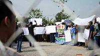 Demo warga desa Ngasem, Bojonegoro, Jatim, di depan early productions facility (EPF) minyak Blok Cepu. Warga menuntut kompensasi, dan sejumlah fasilitas kesehatan lainnya.(Antara)