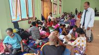 Pengungsi banjir bandang beristirahat di tempat penampungan sementara di Lewoleba Timur, Pulau Lembata, Nusa Tenggara Timur, Selasa (6/4/2021). Tim penyelamat terus menggali puing tanah longsor untuk mencari korban yang terkubur usai bencana banjir bandang. (AP Photo/Ricko Wawo)
